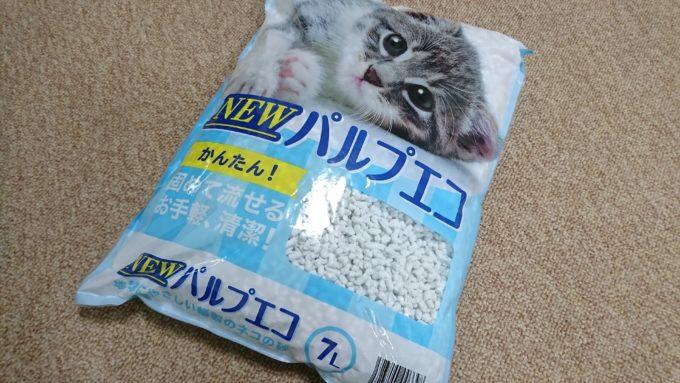 パルプエコという猫の砂。薄い水色をしています。スギ薬局で購入。