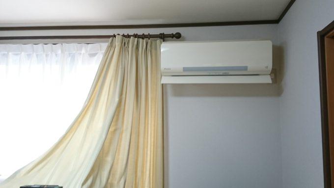 リビングに設置したエアコン。ダイキン製です。