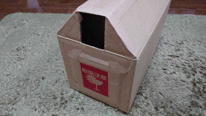 手作り猫BOXの側面を装飾している所。