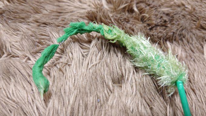 針金部分が出てしまった猫じゃらし。口内をケガする恐れがある。