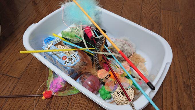 プリューシュのおもちゃ箱(猫じゃらしやボールなどが入っている)